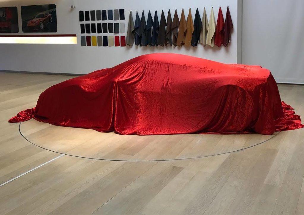 Ferrari, un modello misterioso si nasconde sotto il telo nell'atelier di Maranello [FOTO]