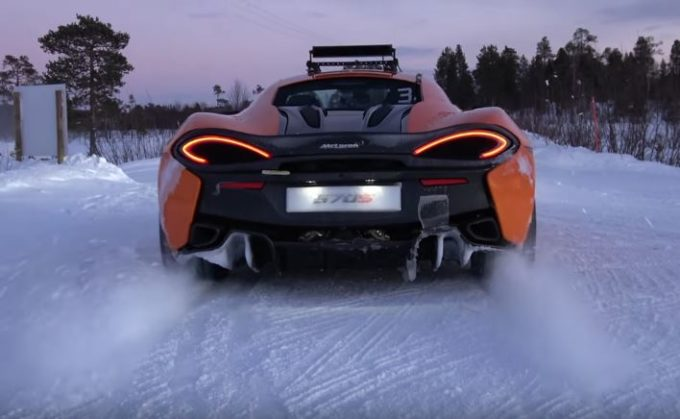 McLaren 570S, drift sulla neve con Bruno Senna [VIDEO]