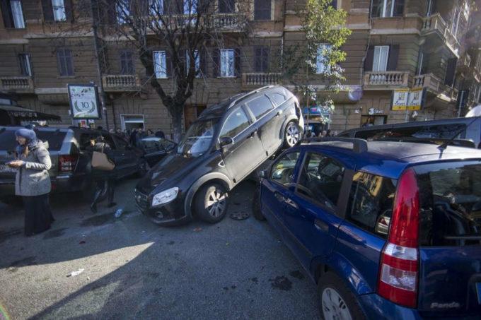 Incidente rocambolesco: suv in retromarcia sale su altre auto