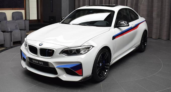 BMW M2: spunta ad Abu Dhabi la versione con livrea M Performance [FOTO]