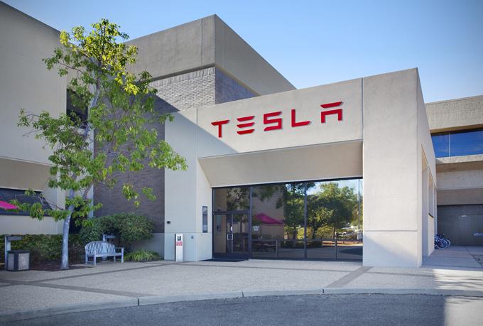 Tesla Autopilot: ingaggiato un ex Apple per lo sviluppo della guida autonoma