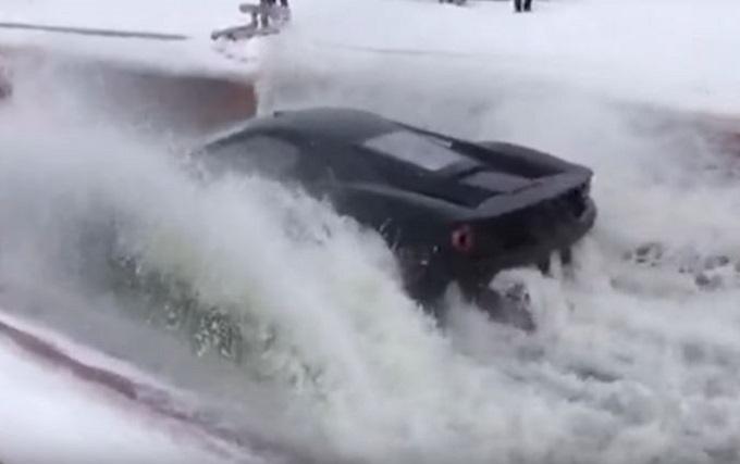 Ford GT, la supercar dell'Ovale alla prova dei tuffi [VIDEO]