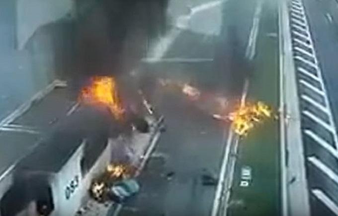 Porsche si schianta contro una stazione di servizio: le terribili scene