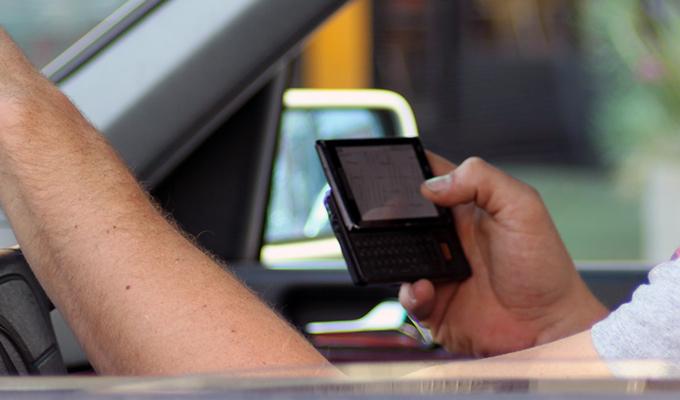 Codice della Strada 2017: normativa e sanzioni applicabili per chi fa uso del cellulare alla guida