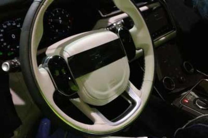Range Rover Velar: ecco in anteprima una foto spia degli interni