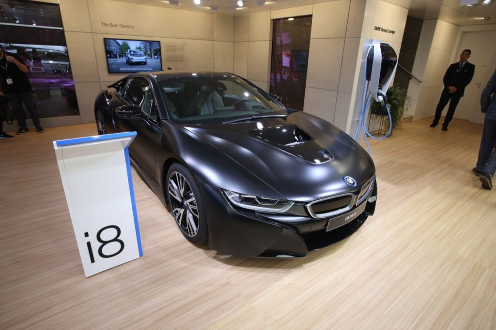 bmw i8 protonic frozen black edizione limitata per il salone di ginevra 2017 foto live. Black Bedroom Furniture Sets. Home Design Ideas