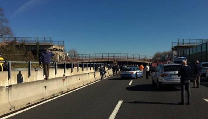 Crolla cavalcavia sulla A14: due morti e due feriti