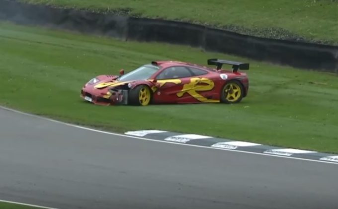 Nick Mason, batterista dei Pink Floyd, sbatte a Goodwood con la sua McLaren F1 GTR [VIDEO]