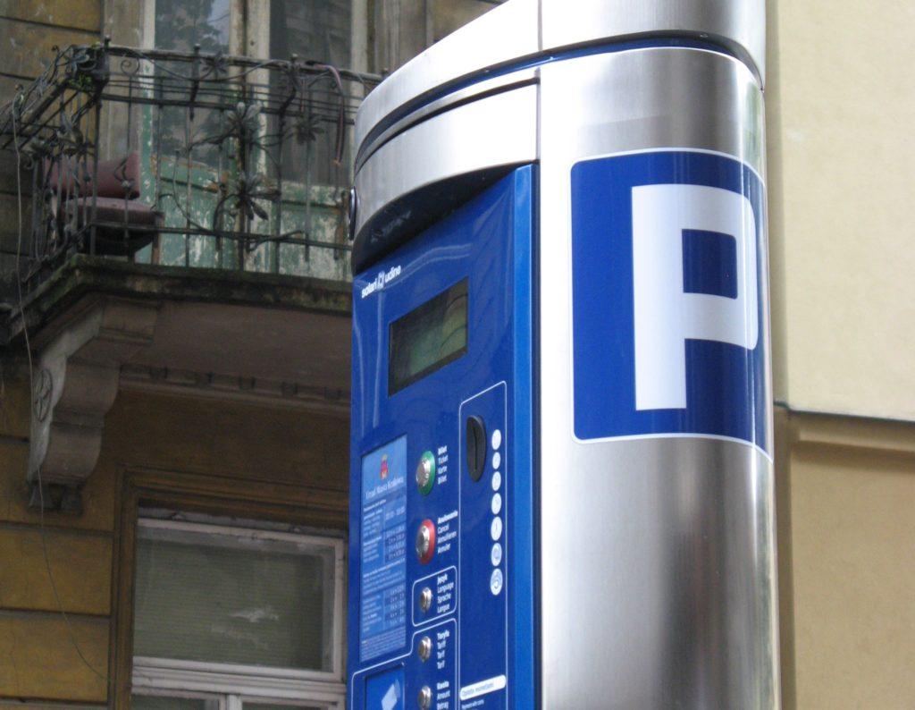 Parcheggio sulle strisce blu: multa non valida se parchimetro non ha bancomat