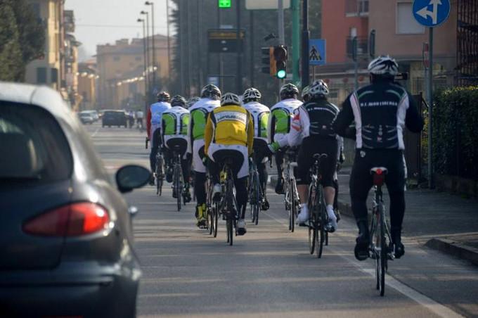 Multe fino 651 euro per chi sorpassa un ciclista a meno di un metro e mezzo