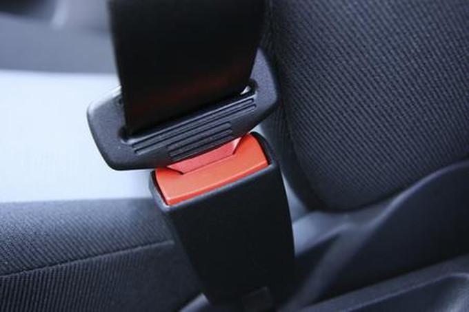 Le cinture di sicurezza sono obbligatorie anche per i sedili posteriori?