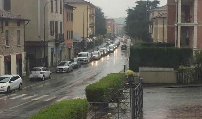 Tutti in coda per un'auto ferma, ma è parcheggiata: succede a Brescia