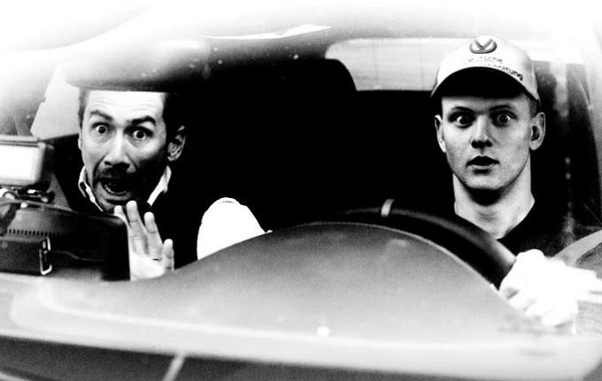 Mick Schumacher alle prese con il sorpasso in autostrada [VIDEO]