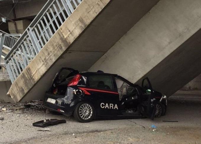 Fossano, crolla il ponte della tangenziale e schiaccia auto dei carabinieri. Illesi i militari [VIDEO]