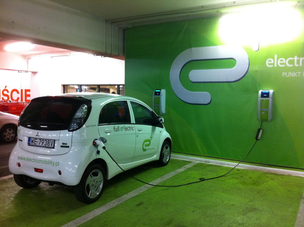 Auto elettriche: in Finlandia un parcheggio record con 250 colonnine di ricarica