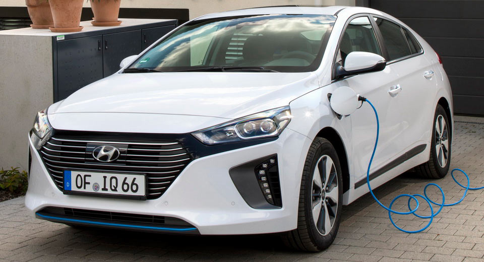 hyundai ioniq plug in hybrid arriver in estate foto. Black Bedroom Furniture Sets. Home Design Ideas