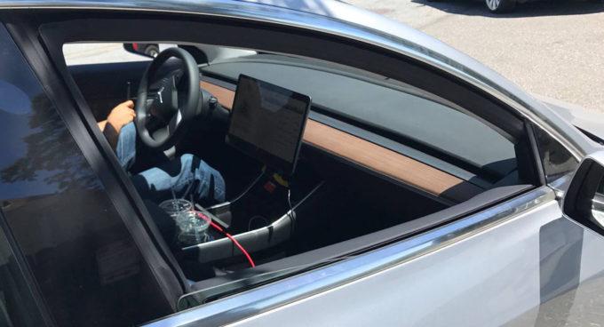 Tesla Model 3: confermato il design minimalista per gli interni