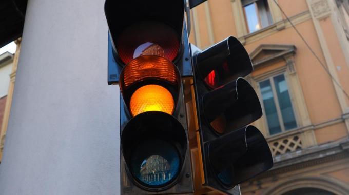 Semaforo giallo: la multa è legittima se dura più di 3 secondi
