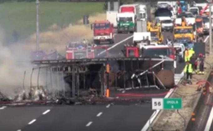Incidente A14, scontro tra mezzi pesanti che hanno preso fuoco: un morto [VIDEO]