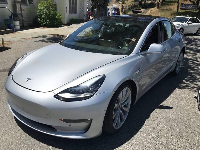 Tesla Model 3: al lancio si sceglierà solo il colore e i cerchi