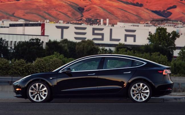 Tesla Model 3, esce di fabbrica il primo esemplare