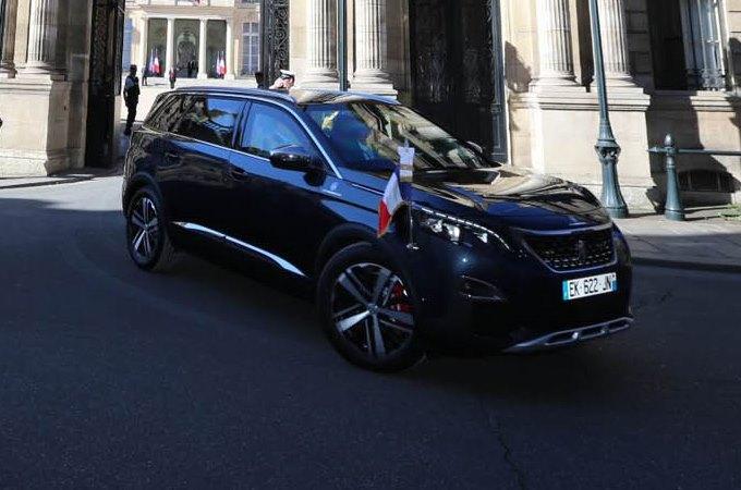 Macron alla festa per la Presa della Bastiglia con la nuova Peugeot 5008