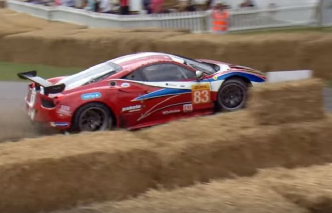 Ferrari 458 GT2 esce di strada e finisce contro le balle di fieno a Goodwood [VIDEO]