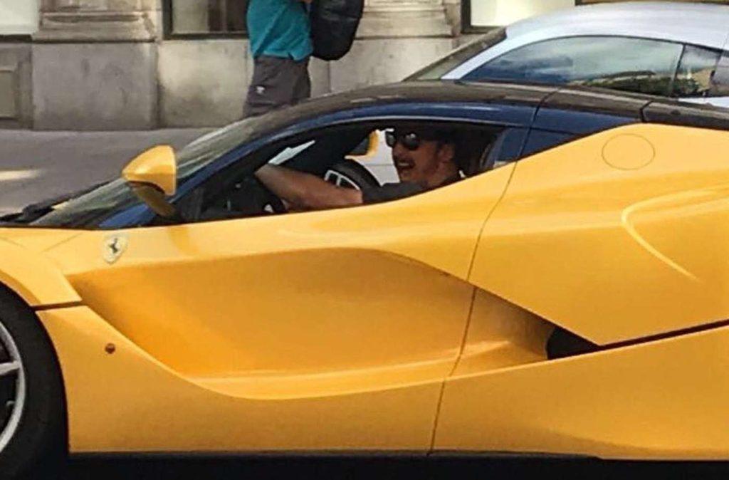 Ibrahimovic avvistato alla guida della sua Ferrari LaFerrari gialla [FOTO]