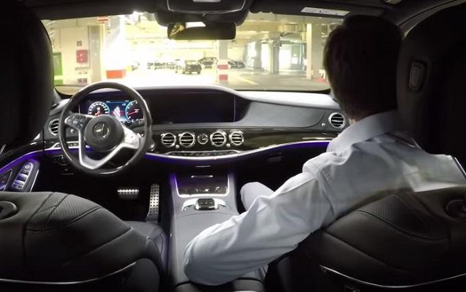 Nuova Mercedes Classe S si muove da sola tra le linee produttive [VIDEO]