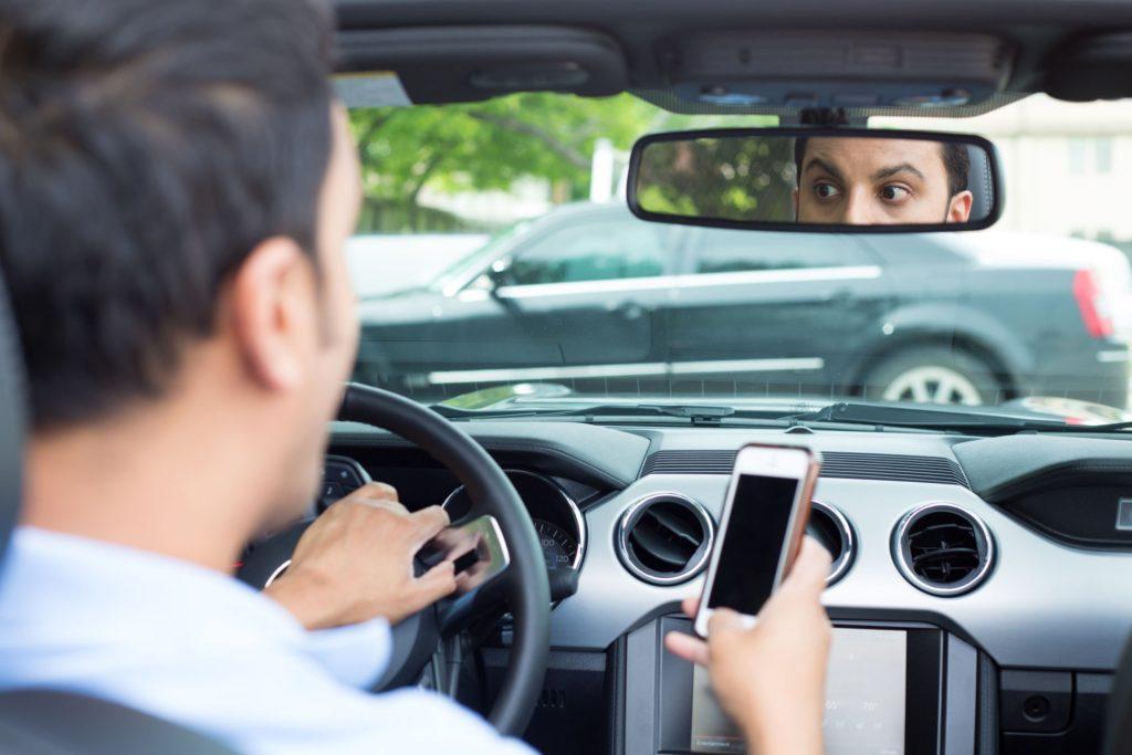 Telefono alla guida, arrivano i controlli degli agenti in borghese in mezzo al traffico