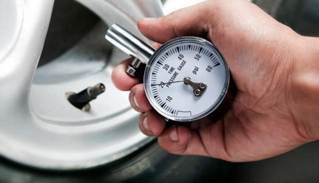 Come si controlla la pressione delle gomme?