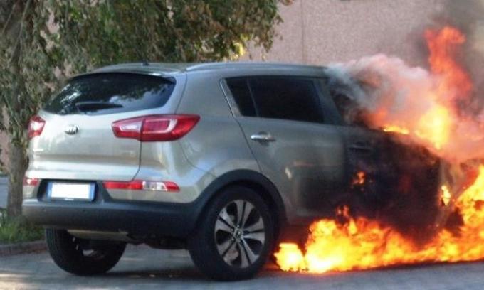 KIA Sportage con un mese di vita va a fuoco in Brianza