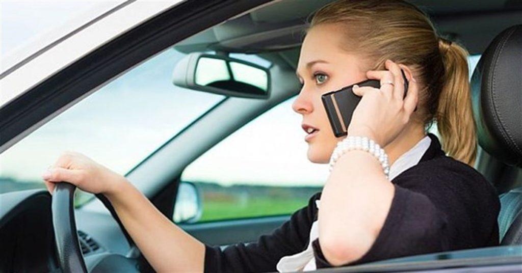 Telefono al volante: come evitare multe, sottrazione di punti e ritiro della patente