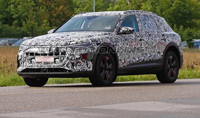 Audi e-tron quattro: avvistato un esemplare di prova dell'atteso SUV elettrico [FOTO SPIA]
