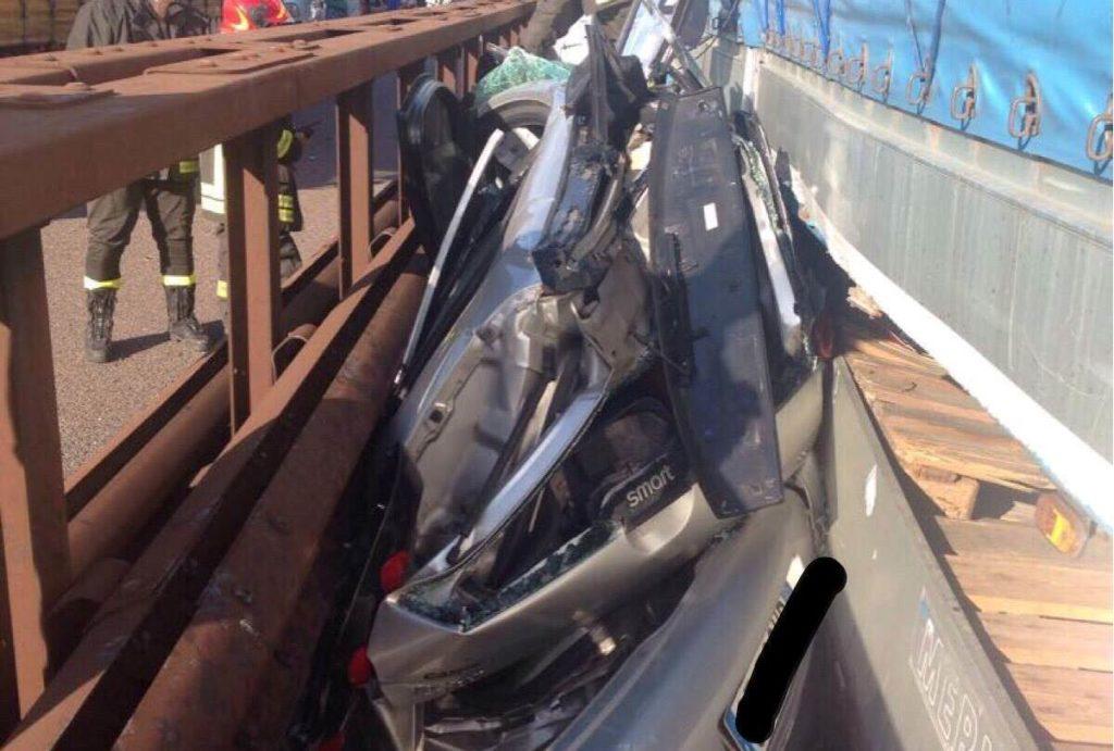 Incidente sulla A22, Smart schiacciata tra Tir e guardrail: conducente ferita lievemente