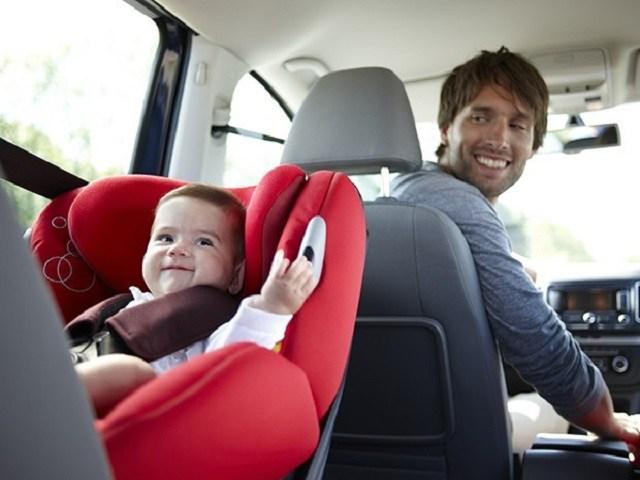 Test del TCS sui seggiolini per bambini: «In auto c'è poco spazio»