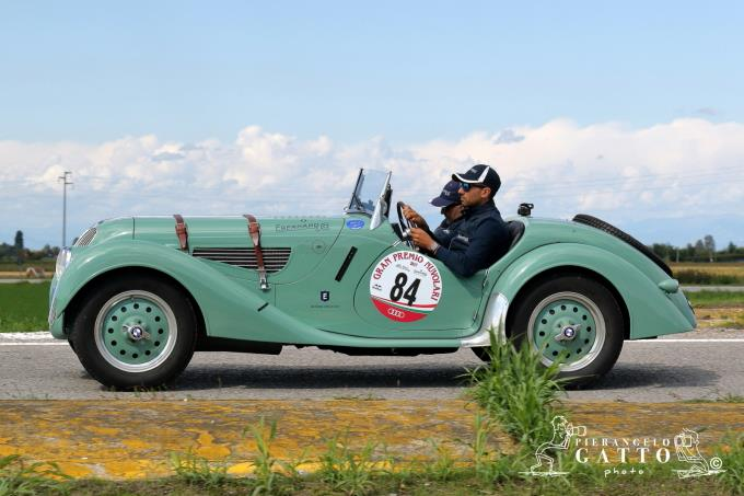 Gp Nuvolari, le auto d'epoca sfilano in piazza Ariostea