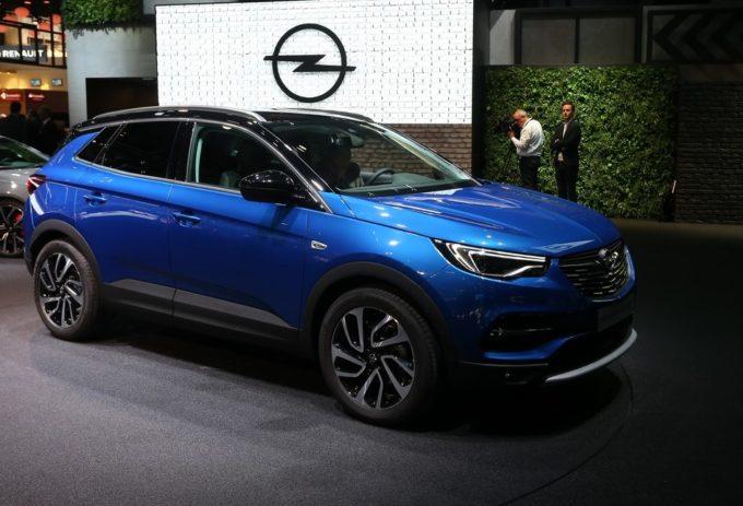 Opel Grandland X: il SUV debutta a Francoforte, arriverà anche in versione ibrida [FOTO e VIDEO LIVE]