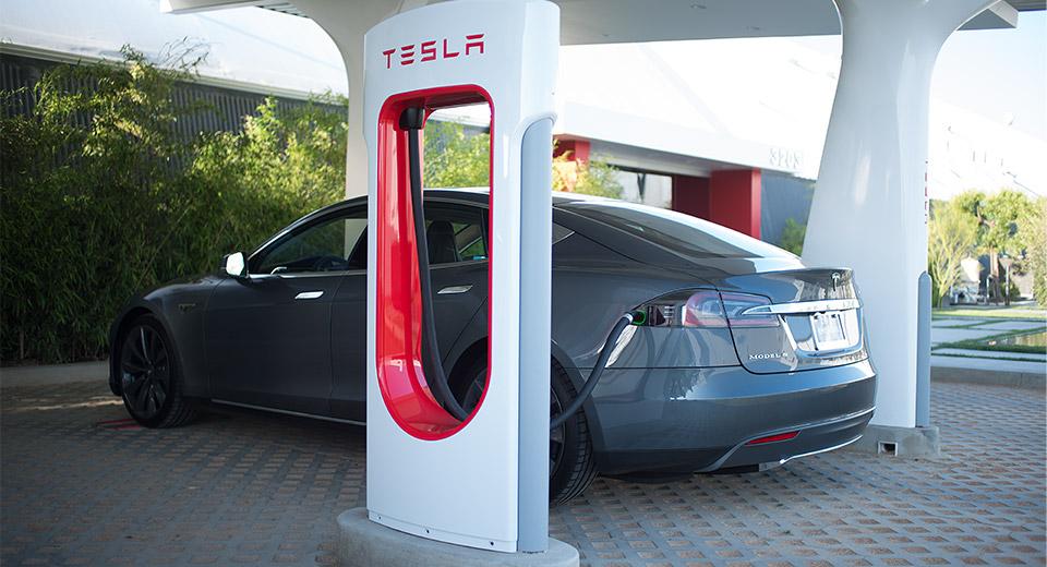 Tesla Supercharger: come funziona la ricarica veloce di Tesla