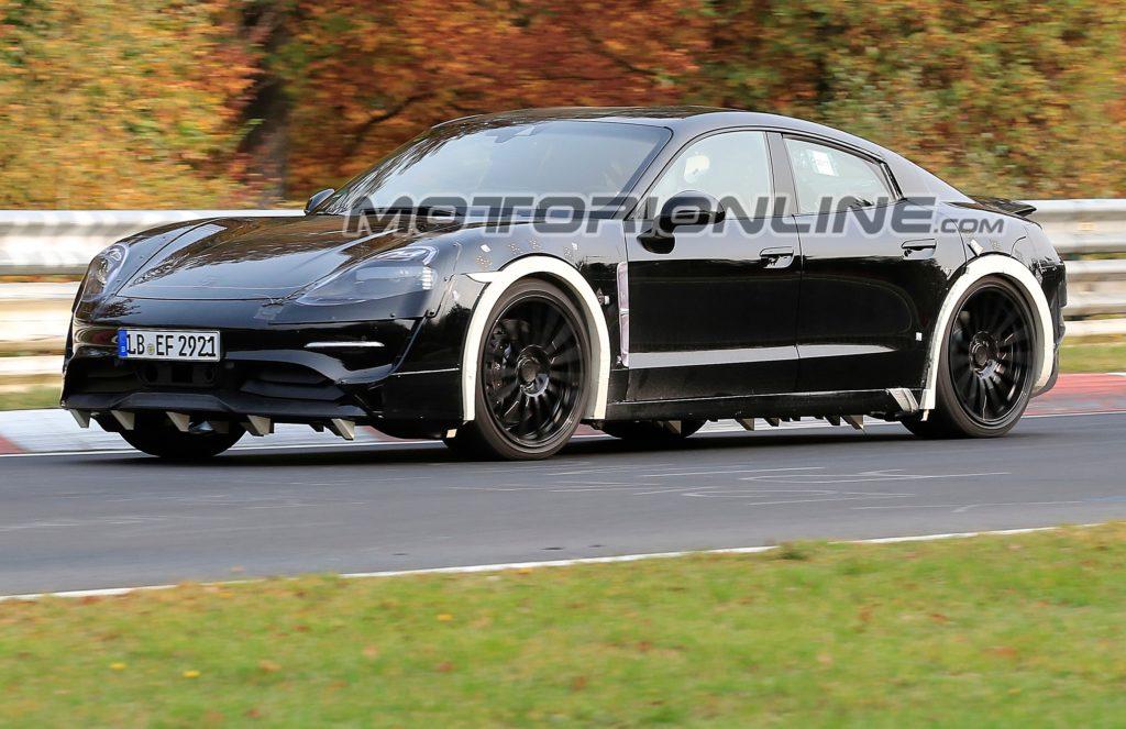 Porsche Mission E: la quattro porte elettrica sfreccia al Nurburgring [VIDEO SPIA]