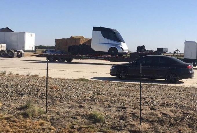 Tesla semi truck: il camion elettrico immortalato su un rimorchio [FOTO SPIA]
