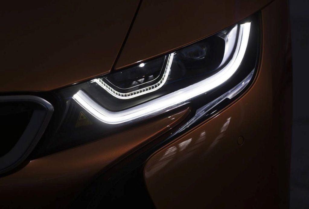 BMW i8 Roadster: ci siamo quasi, svelato il faro anteriore [TEASER]