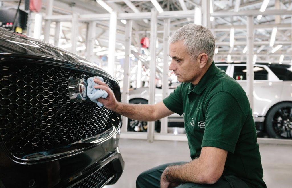 Jose Mourinho in visita alle linee di produzione Jaguar [FOTO e VIDEO]
