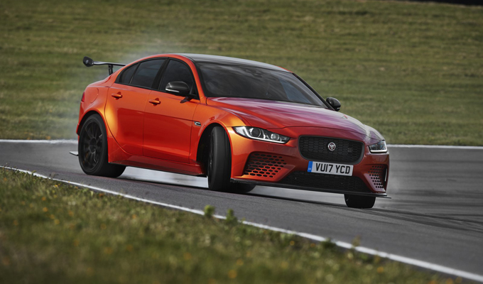Jaguar XE SV Project 8: acuti di potenza sull'asfalto californiano [VIDEO]