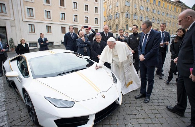 Regalata al Papa una Lamborghini, sarà messa all'asta per beneficenza
