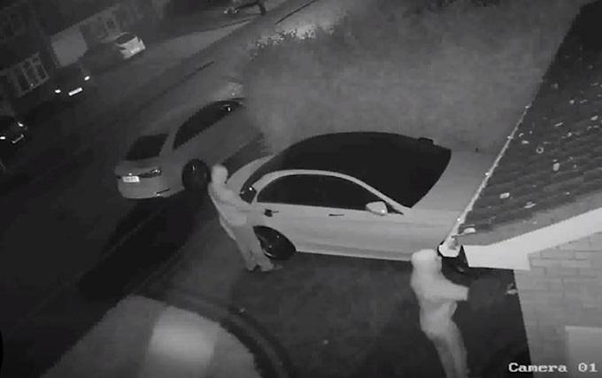 Mercedes con chiave elettronica: così la rubano in meno di un minuto [VIDEO]
