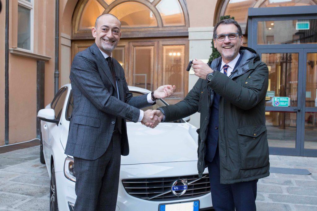 Volvo ha consegnato una V60 Twin Engine al Sindaco di Bologna