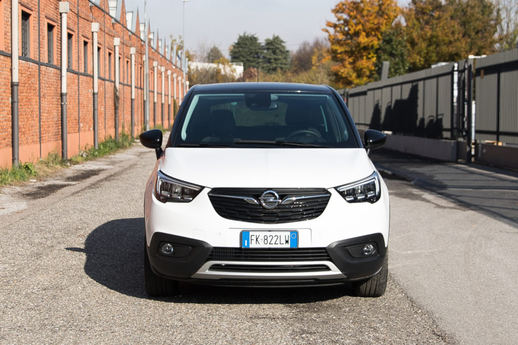 opel crossland x un po crossover e un po suv video prova su strada. Black Bedroom Furniture Sets. Home Design Ideas