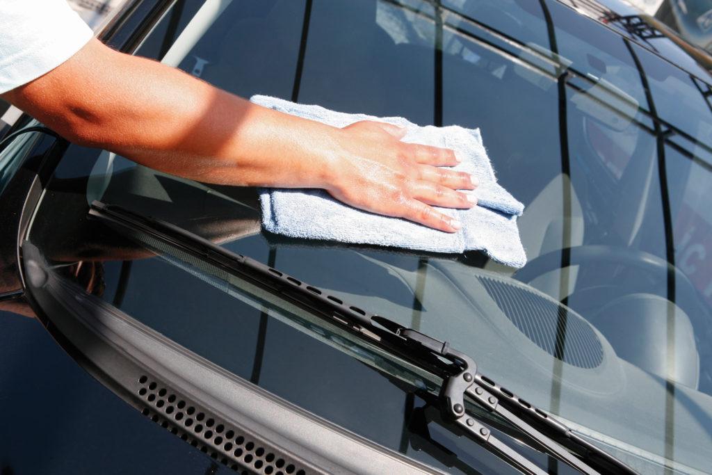 Pulizia vetri auto: come pulire l'auto in modo efficace