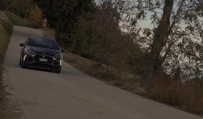 DS 3 Cabrio: un flusso d'eleganza tra gli uliveti umbri [VIDEO]